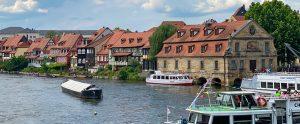 Ansicht auf den Kanal, der durch die Stadt Bamberg fliesst, Häuser und einige Boote sind zu sehen, auch ein Ausflugsdampfer, genannt wird dieses Stück Bamberg auch Klein Venedig