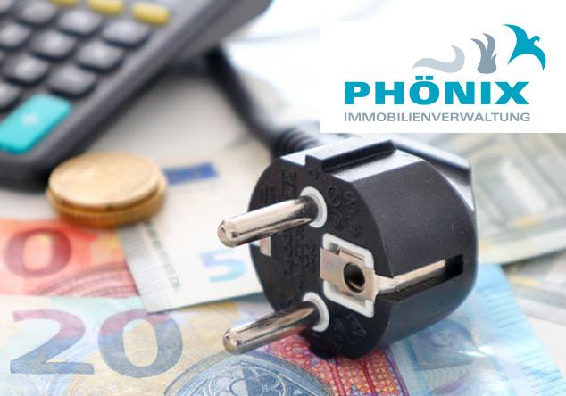 Geldscheine und Münzen liegen neben einem Taschenrechner und einem Stromkabel